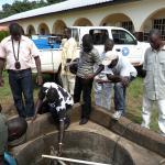 Labores de reparación del sistema de agua del hospital de Kabala