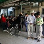 Un grupo de pacientes espera para que les atiendan en el Hospital de Rosales.