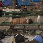 Un niño duerme en un banco del parque Bristol de Belgrado. Ese parque era donde pasaban la noche cientos de refugiados antes de continuar su camino hacia Hungria.