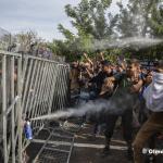 Policias húngaros lanzan gas pimienta a los refugiados que intentaban pasar la frontera desde Serbia