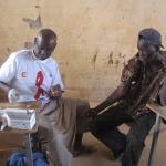 Un miembro del personal sanitario de Médicos del Mundo en Senegal realiza un test rápido de VIH/Sida.