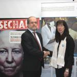 Elena Urdaneta, coordinadora general y el director de la Fundación Triodos Bank se saludan tras la recogida del cheque a Médicos del Mundo.