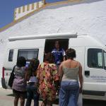 Una educadora social atiende a personas que ejercen la prostitución en la Unidad Móvil de Almería