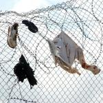 Zapatos y camisetas de personas inmigrantes en la valla de Melilla