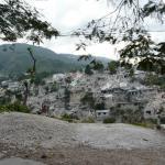 Casas destruidas y amontonadas en una colina