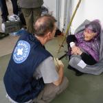 El psiquiatra Ricardo Angora pregunta a esta anciana por sus acompañantes a su llegada a Grecia, en 2015.