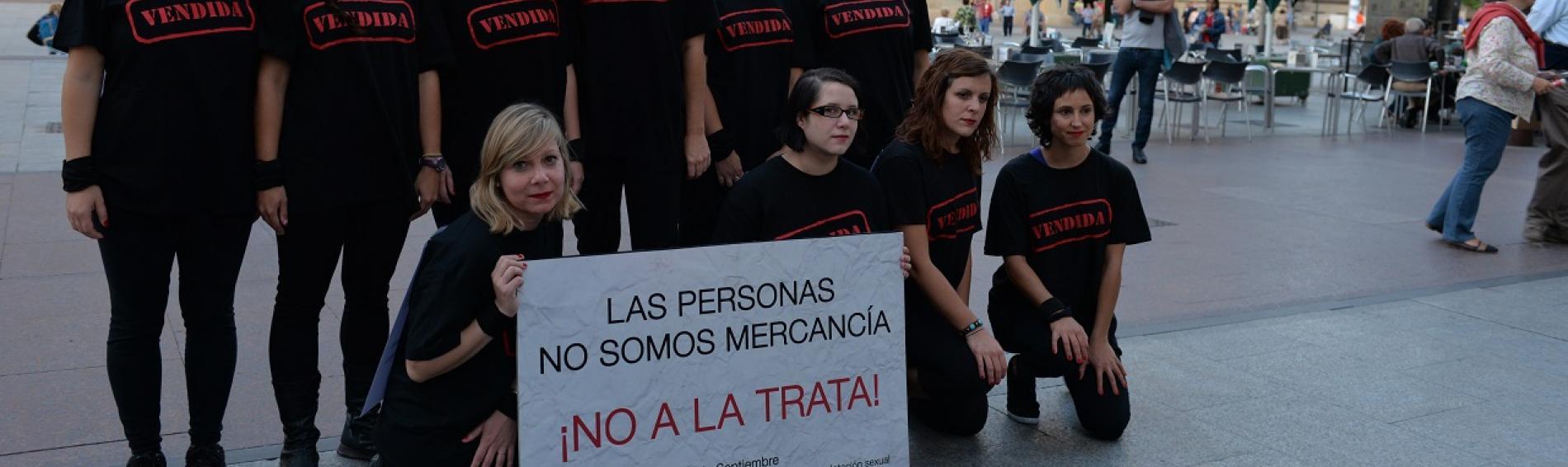 Voluntariado de Médicos del Mundo Aragón en acción de calle contra la trata