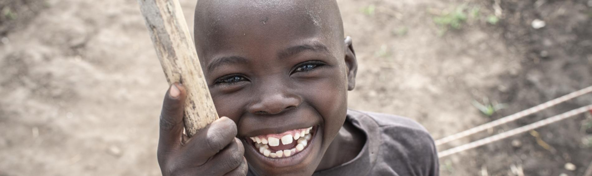 Niño sonrie a la cámara