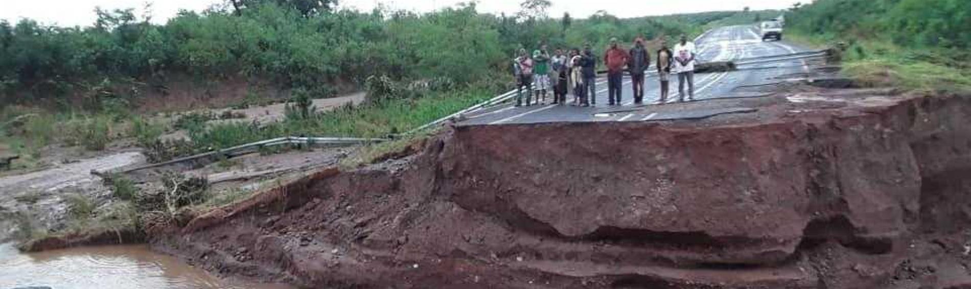 Carretera destrozada tras el ciclón Idai en Mozambique