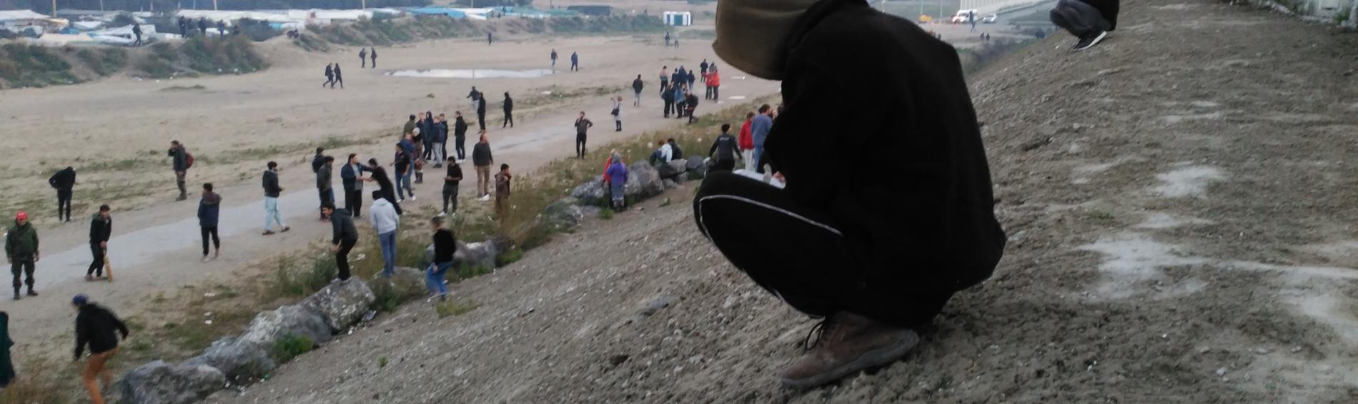 Inmigrante junto a la valla de Melilla