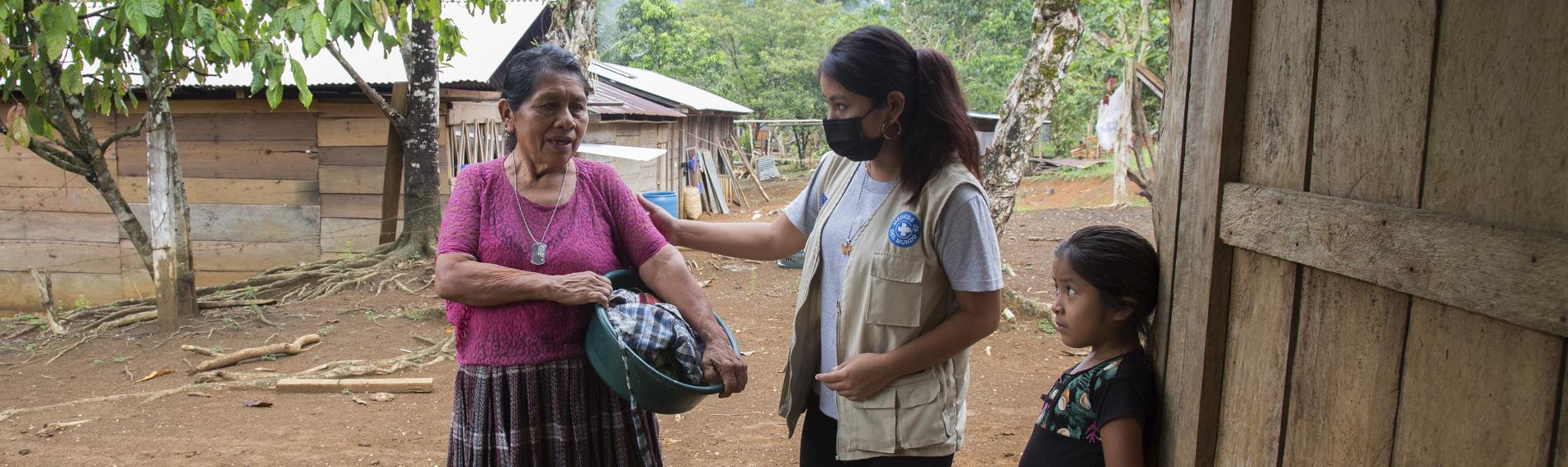 Fidelia habla en Qeqchi con una mujer comunidad Mucbilha de una de las familias afectadas por las inundaciones provocadas por Eta e Iota.