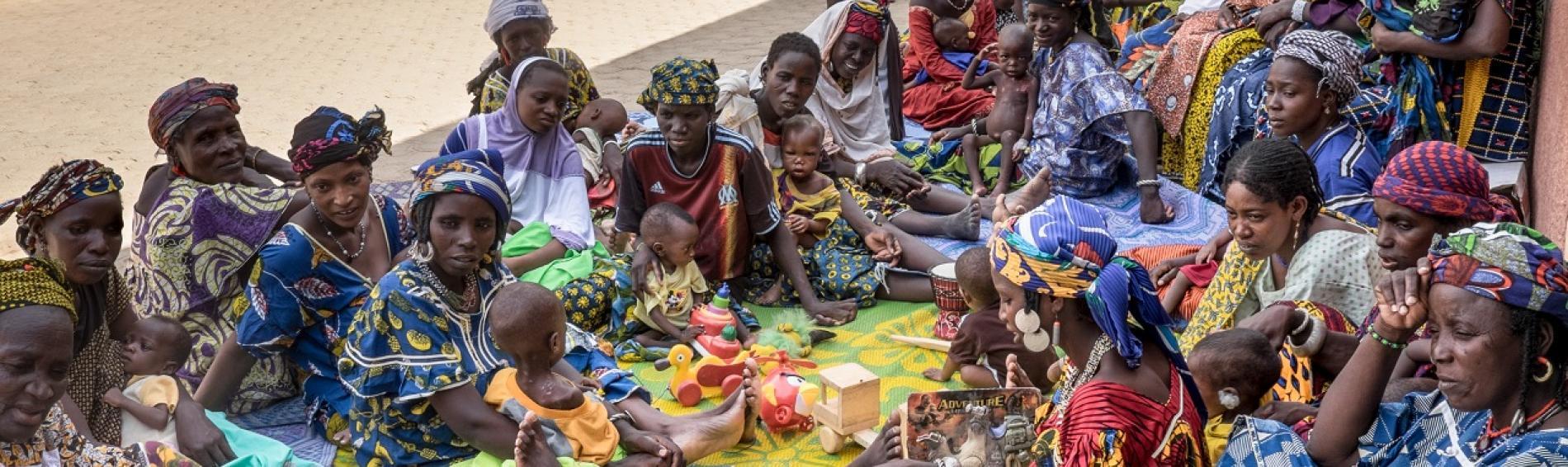 mujeres niñas y niños en Burkina Faso