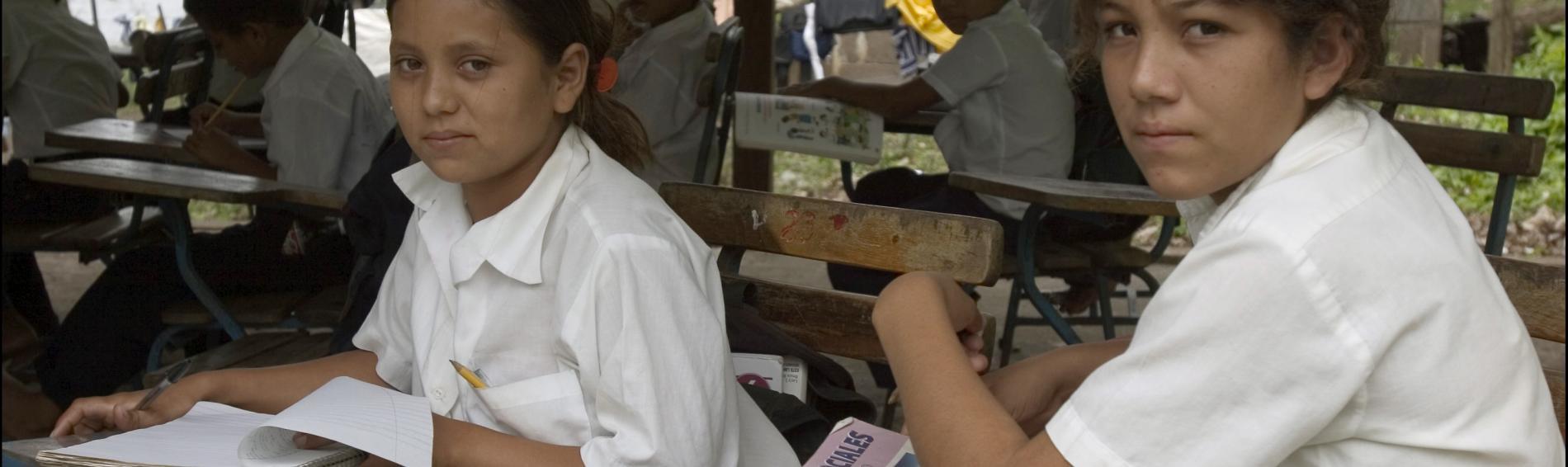 dos niñas en la escuela