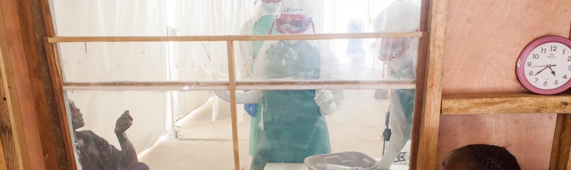atención en centro hospitalario para tratar el ébola