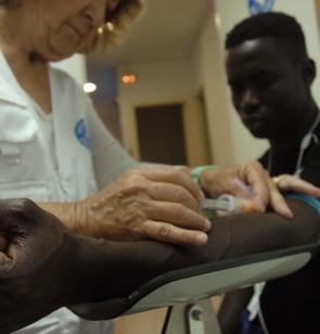 Una persona migrante recibe atención sanitaria en el Centro de Reducción de Daños de Valencia.