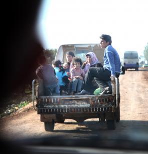 Una familia refugiada huye en Siria
