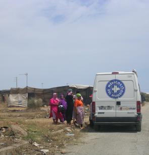 La unidad móvil de Médicos del Mundo atiende a mujeres inmigrantes en los asentamientos de Níjar, Almería.