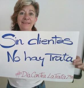 """Una mujer despliega un cartel en el que se lee """"Sin clientes No hay Trata' en Santa Cruz de Tenerife."""