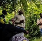 Un grupo de jóvenes esperan escondidos en un parque de Hendaya antes de intentar llegar a la ciudad de Bayona, 13 de septiembre de 2019..