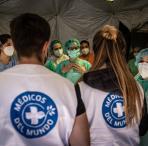 Personal de Médicos del Mundo realizando labores de clasificación de alimentos para el reparto