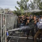 Personas refugiadas bloqueadas en Serbia sin poder continuar su camino.